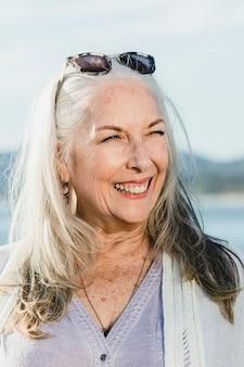 Gelukkige senior vrouw aan zee