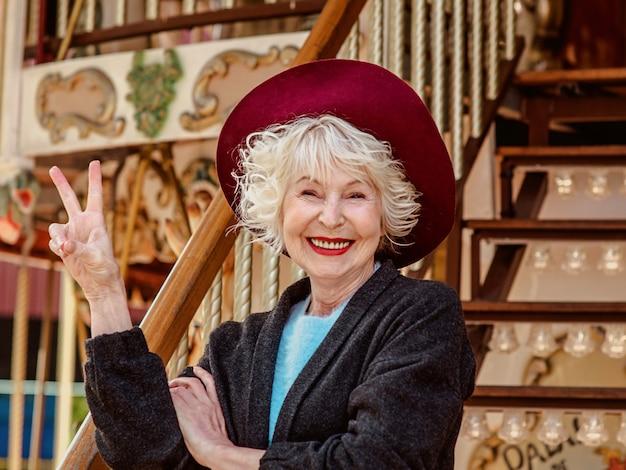 Gelukkige senior vrouw die leuke tijd doorbrengt in het pretpark