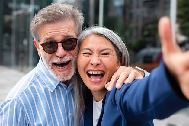 Gelukkige senioren die aan het dollen zijn