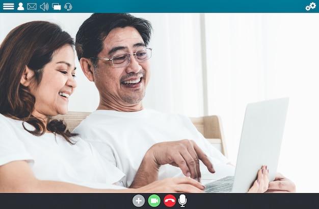 Gelukkige senioren die thuis praten over een internetvideogesprek