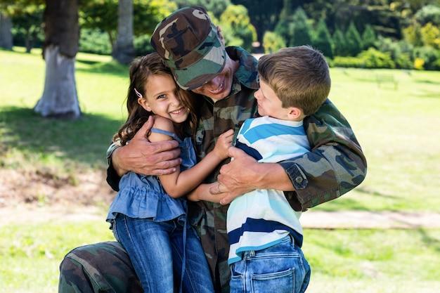 Gelukkige soldaat herenigd met zijn zoon en dochter