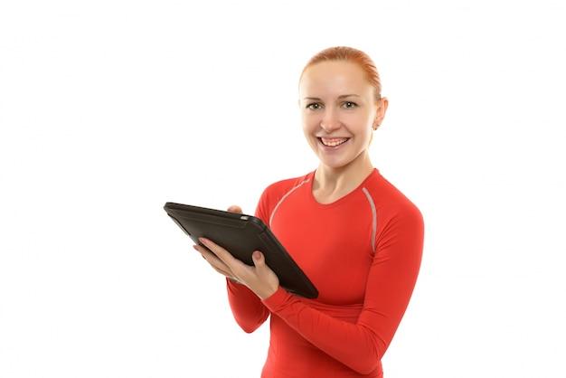 Gelukkige sportieve vrouw met ipad