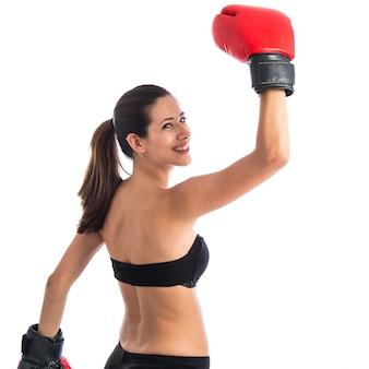 Gelukkige sportvrouw met bokshandschoenen