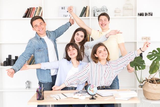 Gelukkige studenten die camera bekijken