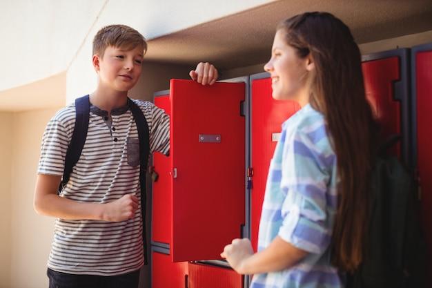 Gelukkige studenten die met elkaar in kleedkamer omgaan