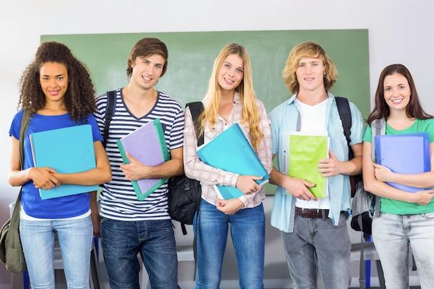 Gelukkige studenten die omslagen houden