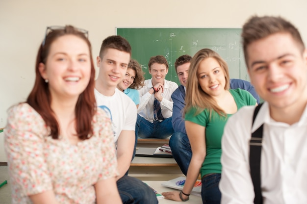 Gelukkige studenten in een klaslokaal