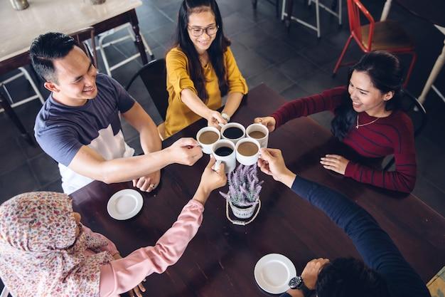 Gelukkige studenten met een kopje koffie