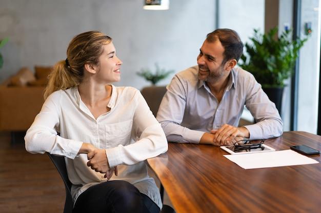 Gelukkige succesvolle bedrijfscollega's die project bespreken