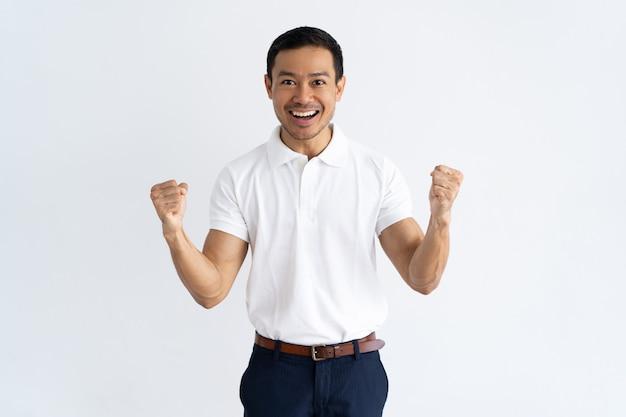 Gelukkige succesvolle kerel die doel bereikt