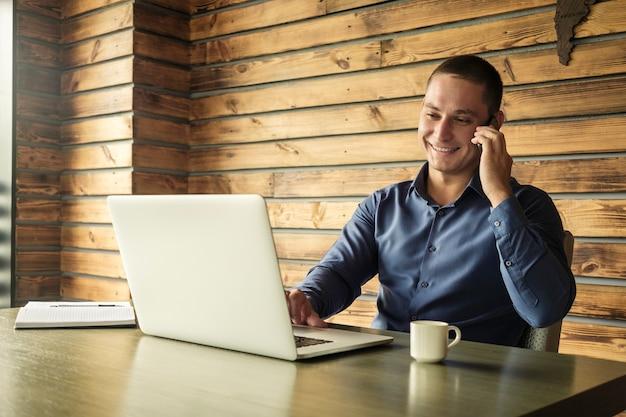 Gelukkige succesvolle zakenman die een telefoongesprek neemt