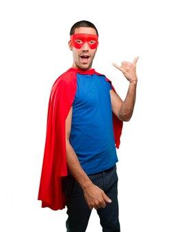 Gelukkige superheld met oproep gebaar