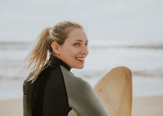 Gelukkige surfer op het strand