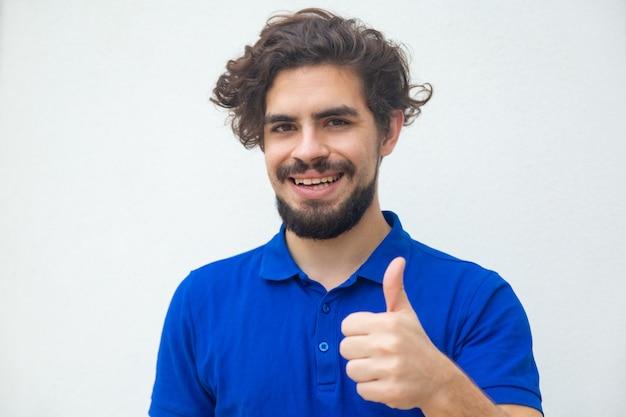 Gelukkige tevreden klant die als gebaar maakt