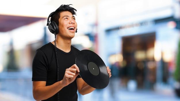 Gelukkige tiener die een vinyl
