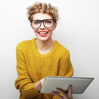 Gelukkige tiener die glazen met de computer van tabletpc dragen