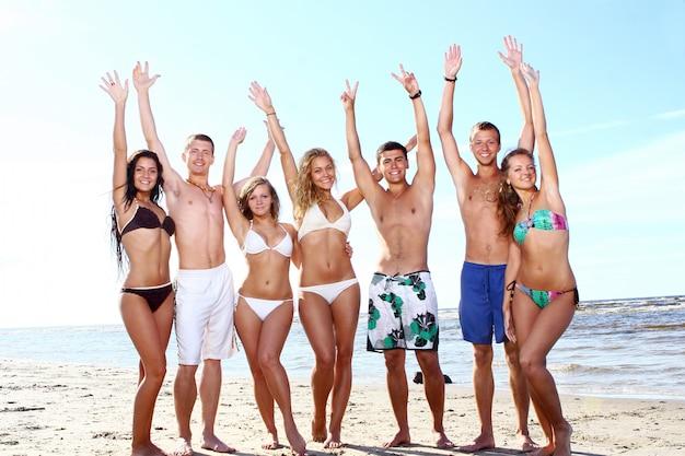 Gelukkige tieners die bij het overzees spelen