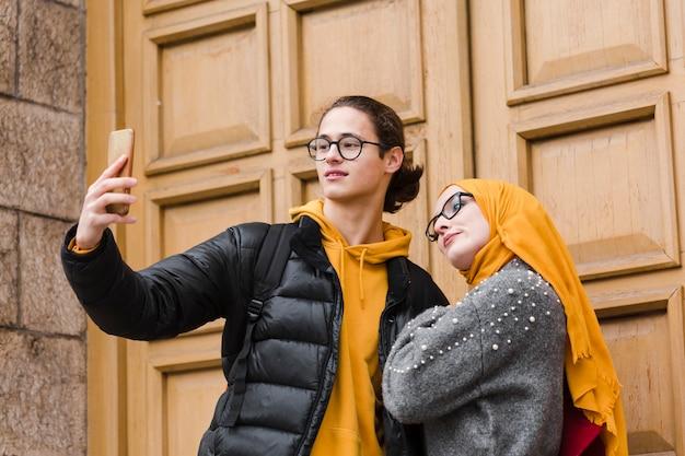 Gelukkige tieners die een selfie samen nemen