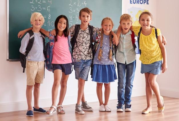 Gelukkige tieners op de voorgrond