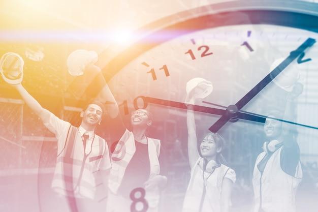 Gelukkige tijden werknemer voor goede werkuren, fabrieksklokoverlay win succes vrolijke arbeidsuren in industriële fabriek