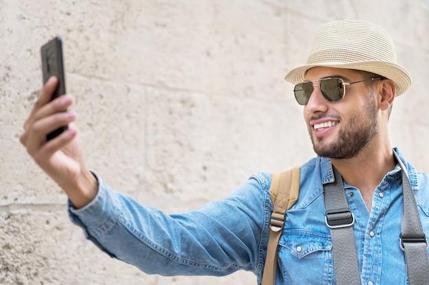 Gelukkige toerist die selfie neemt in de oude stad
