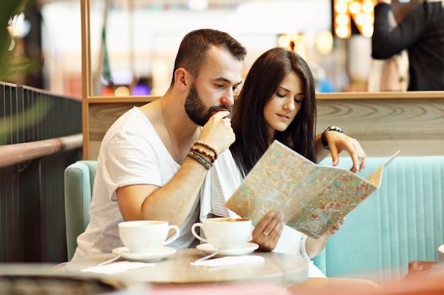 Gelukkige toeristen die een pauze hebben in café