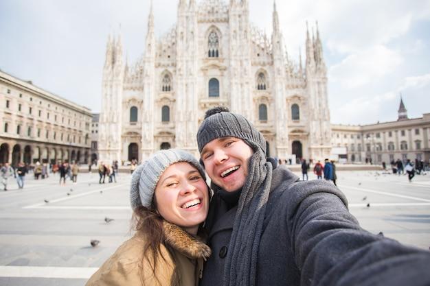 Gelukkige toeristen die een zelfportret met duiven nemen voor de kathedraal van duomo, milaan.