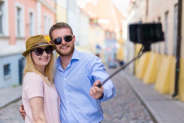 Gelukkige toeristen die selfie-foto maken op smartphone