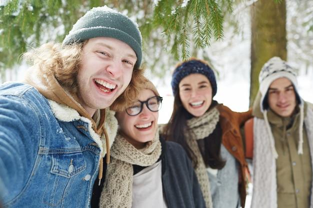 Gelukkige toeristen op wintervakantie