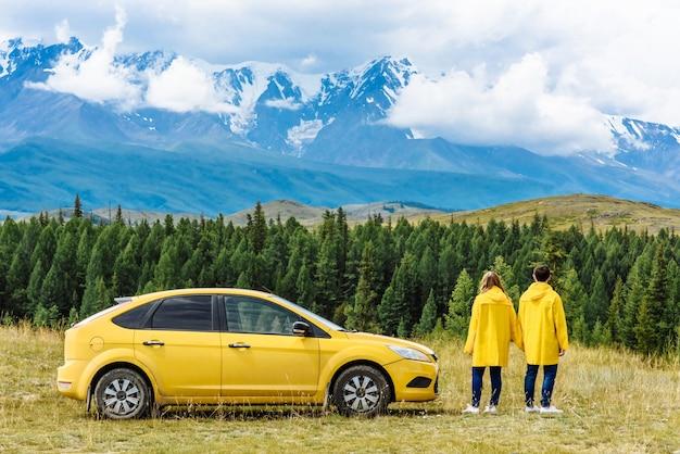 Gelukkige toeristenvrienden in gele jassen als vakantieconcept