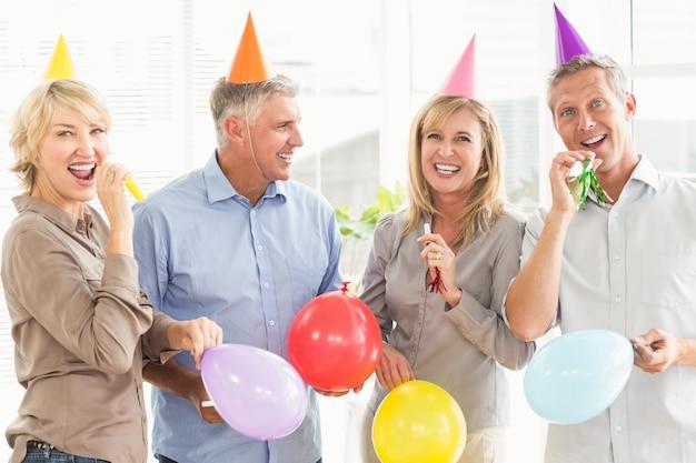 Gelukkige toevallige bedrijfsmensen die verjaardag vieren