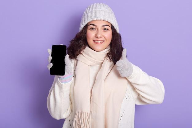 Gelukkige toevallige vrouw die sweater draagt