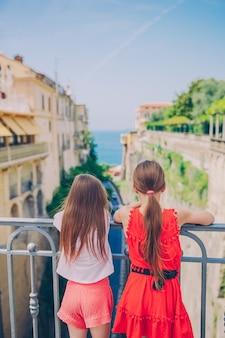 Gelukkige toodler-kinderen genieten van een italiaanse vakantievakantie in europa
