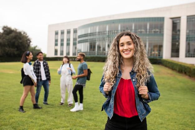 Gelukkige uitwisselingsstudent aan de amerikaanse universiteit