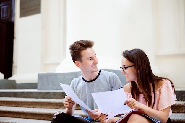 Gelukkige universitaire studenten delen de resultaten van de laatste test