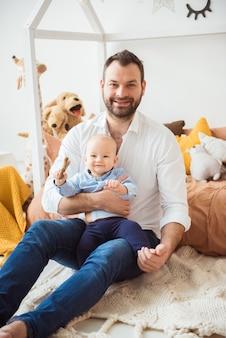 Gelukkige vader die zoontje houdt. vaderschap concept