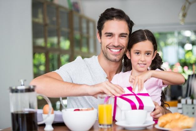 Gelukkige vader en dochter geschenkdoos openen