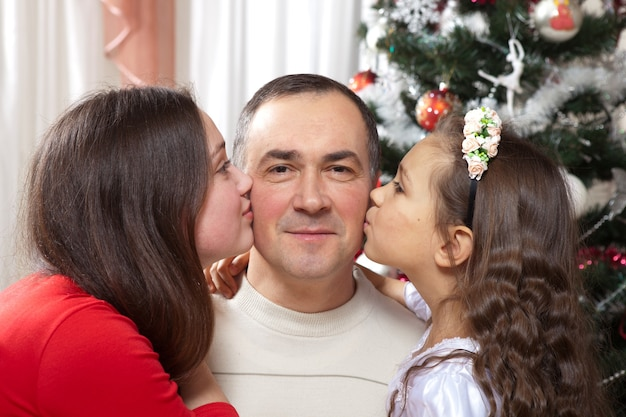 Gelukkige vader en dochters die kerstmis vieren