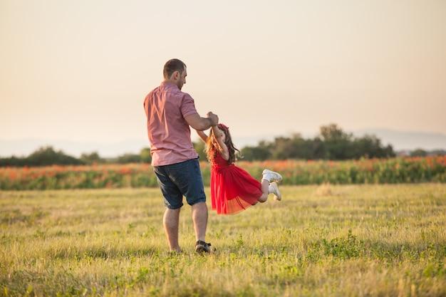 Gelukkige vader en zijn dochter