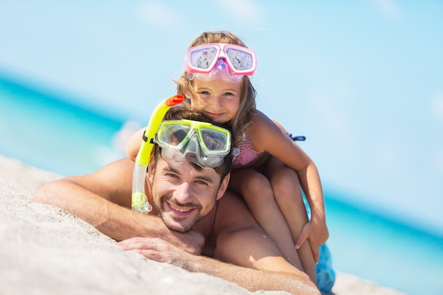 Gelukkige vader en zijn lieve dochtertje op het strand