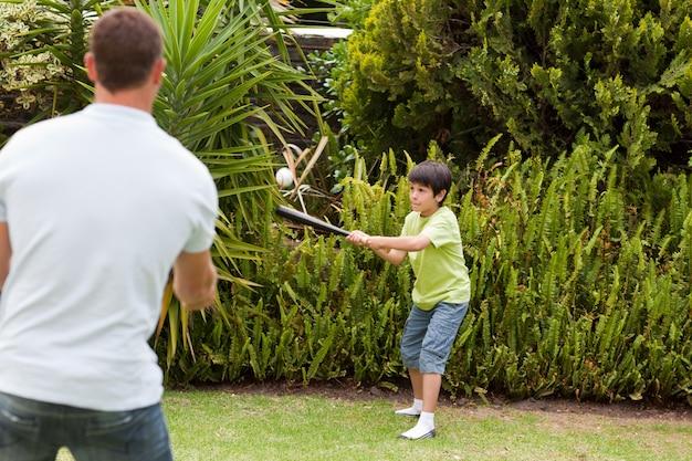 Gelukkige vader en zijn zoon die honkbal spelen