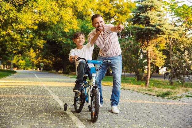 Gelukkige vader en zijn zoon die pret hebben