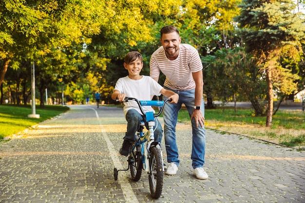 Gelukkige vader en zijn zoon die samen plezier hebben