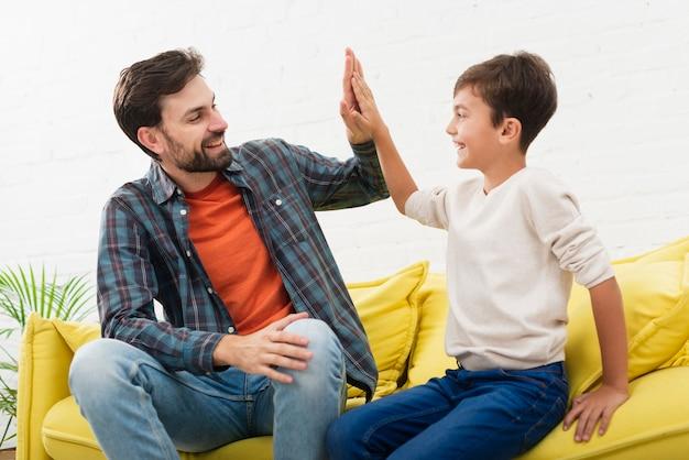 Gelukkige vader en zoon die elkaar bekijken
