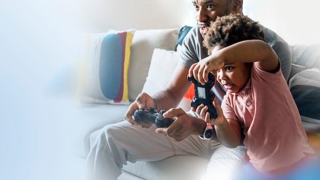 Gelukkige vader en zoon die samen spelen
