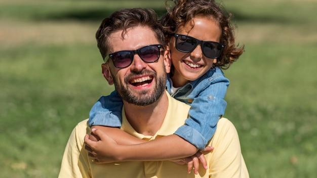 Gelukkige vader en zoon hebben samen een geweldige tijd in het park