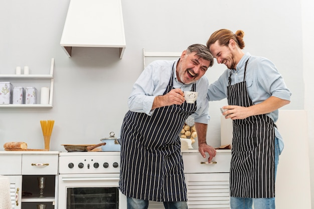 Gelukkige vader en zoon koffie drinken