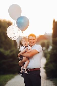 Gelukkige vader en zoon met luchtballonnen.