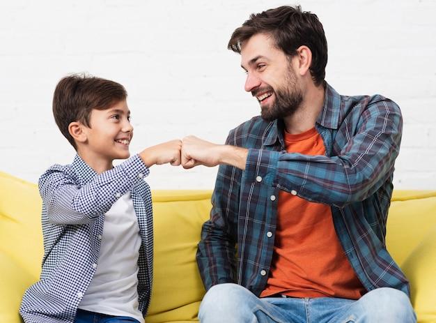 Gelukkige vader en zoon sloegen de vuisten
