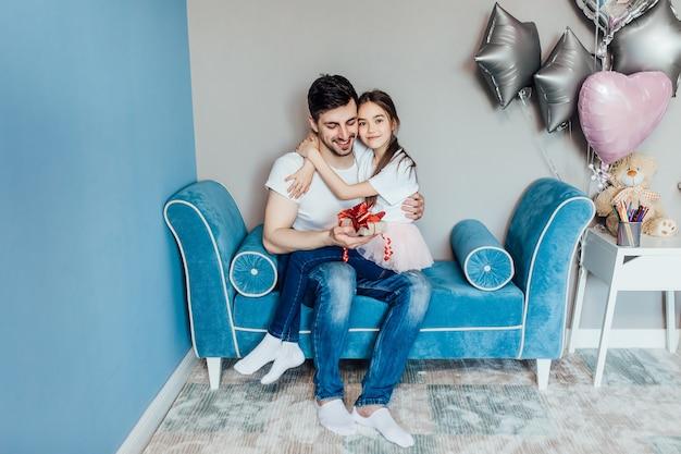 Gelukkige vader houdt zijn dochter vast